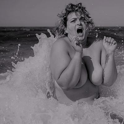 ***нимфа в холодном балтийском море обнаженная женщина фигура больших размеров модель
