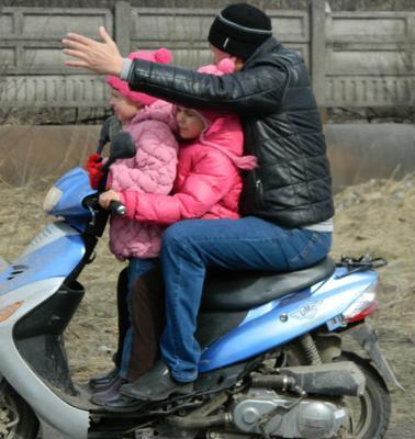 За руль он держится только правой рукой... судьба дети отец пдд