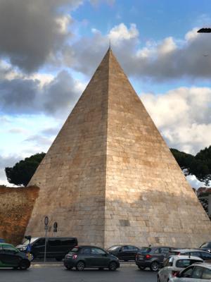 Пирамида в Риме!