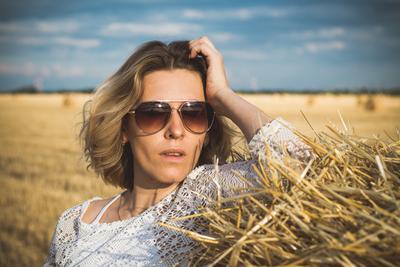 Девушка в поле девушка портрет поле одежда красота лето сено жара