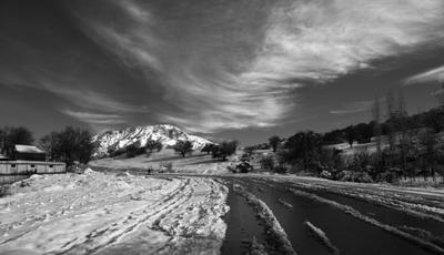 Вдаль горы зима снег природа дорога указатель ландшафт вид бельдерсай узбекистан осень деревья