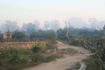 Луч солнца золотого утро деревня дым туман