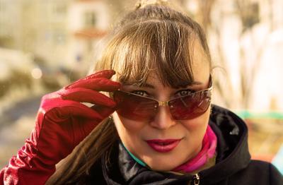 Света портрет женщина девушка очки весна перчатки красный