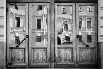 королевство кривых зеркал город, санкт-петербург, дверь, отражение, дерево