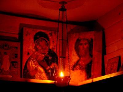 Красный угол Иконы лампада ночь