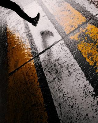 *** асфальт дождь зебра пешеход кроссовки нога переход