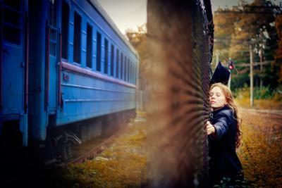 *** девушка поезд осень