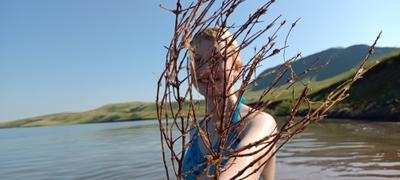 *** Озеро вода девочка куст берег лето отдых летний на озере Хакасия радость улыбка счастье