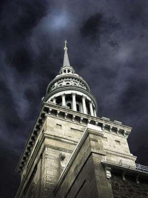 Кары небесные. церковь темные тучи