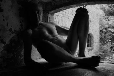 ***... голый зрелый мужчина ... :)