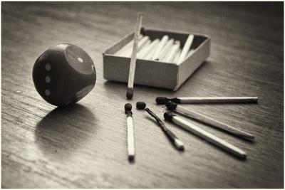 Судьба натюрморт предметы черо- белое фото спички