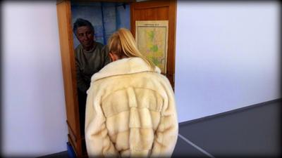 НА ВЫСТАВКЕ. город москва человек жанр жанровый портрет социум девушка папарацци музей выставка