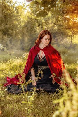 лучах заходящего солнца девушка славянка рыжеволосая ромашки закат лучи