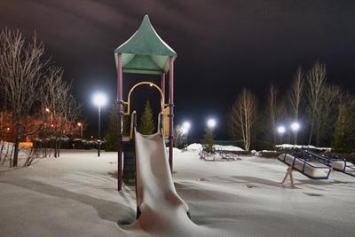 Со снежной горки Луна-девчонка прокатилась... Ночь снег горка Луна