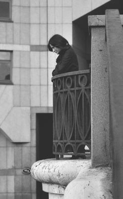 вниз девушка черно-белое мост дом музыки ограда