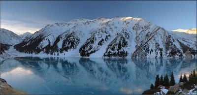 Замерзающее озеро горы природа озеро лёд лес отражение рассвет