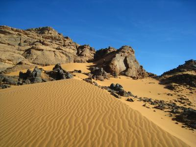 в Сахаре. Алжир пейзаж скалы