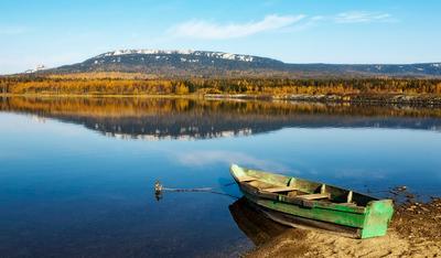 Зеркало Зюраткуля Лодка Зюраткуль осень гора лес природа