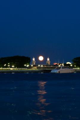 Между двух башен. Город ночь луна месяц полнолуние причал набережная Чикаго вечер лодка яхта вода отражение лунная дорожка