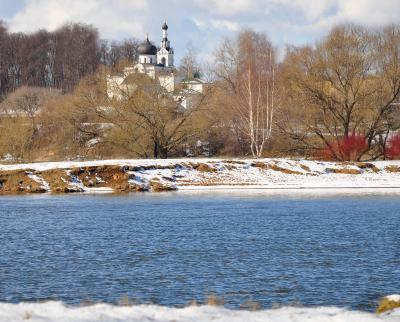 Церковь на берегу реки