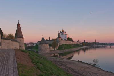 В розовых лучах заката псков закат пейзаж отражения кремль осень