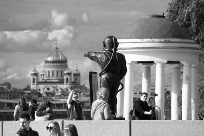 Карфаген Москва Парк Культура скульптура маяк водолаз набережная Храм Христа Спасителя