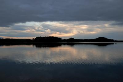 Тишина над озером закат сумерки облака