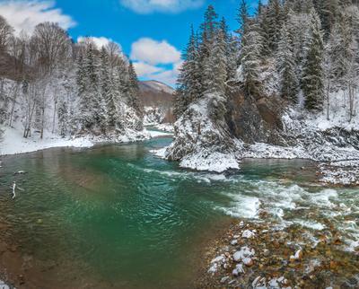 Река Большая Лаба Кавказ Кавказские горы скалы лес пихты ель деревья в снегу снег зимнее март ранняя весна зима Карачаево-Черкесия река течение Большая Лаба берег порог