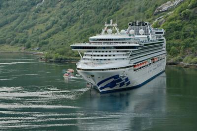 ***...Фьорд. Рейд. Высадка туристов ... лайнер круиз фьорд путешествия