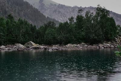Озеро в горах Горы озеро озеровгорах пасмурно тучи природа красота лето