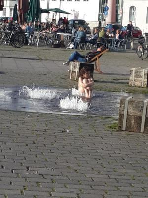 Солнечные ванны и водные процедуры)) фонтан купание детские забавы город ребенок
