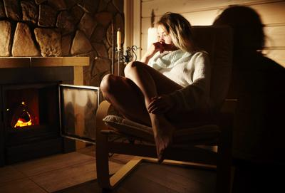 Отдых на Меганоме после долгой дороги Ассоль девушка камин