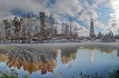 В ожидании весны Лето зима следы на снегу пруд отражение храм