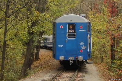 Голубой вагон бежит, качается.....
