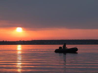 Одинокий рыбак озеро рыбак
