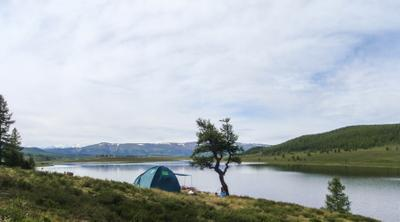 Озеро Узункель алтай озеро горы небо палатка лагерь дерево