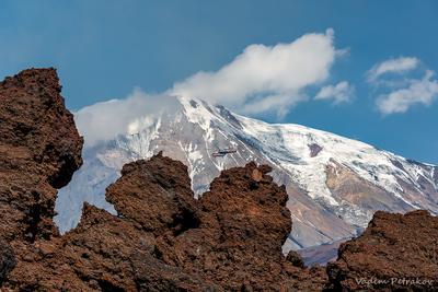 Толбачик Камчатка Россия вулкан Острый Толбачик лава вертолёт небо облака снег