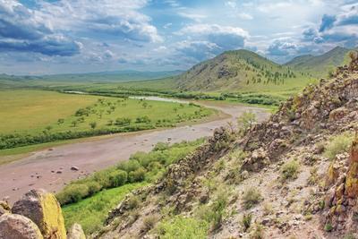 Над рекой склон река пейзаж Орхон облака небо Монголия лето гора