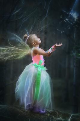 Эльфик волшебный лес девочка эльф сказочно фея волшебство мотыльки летят