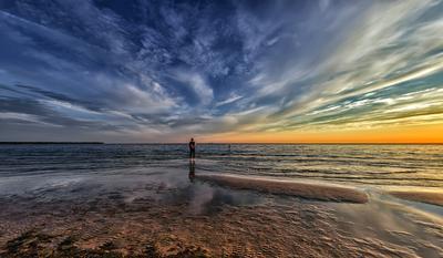 Закат для двоих пейзаж море вечер небо облака берег пляж люди
