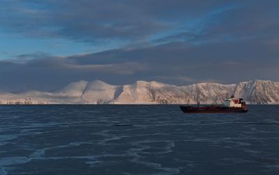 утренний рейд берег лед небо Охотское море судно утро январь