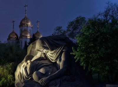 Скорбящая Мамаев курган мемориал скорбь