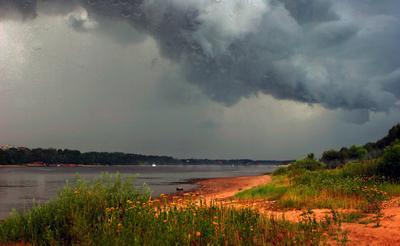 Наклонилось вдруг небо ниже и пошел стучать дождь по крыше ... Волга