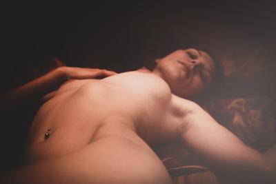 В постели... обнаженка топлес ню девушка