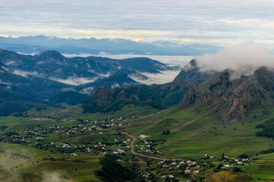 вид с перевала Гум -Баши на аул Верхняя Мара горы Кавказ Карачаево-Черкессия дорога ущелье
