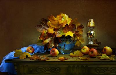 ...женских чувств золотая отрада ... still life натюрморт осень октябрь кленовые листья подсвечник яблоки настроение фото