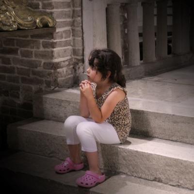 На ступенях Храма Италия девочка храм