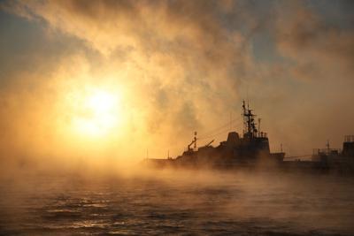 Холодный рассвет мурманск полярный утро рассвет зима снег лед север свет огонь море берег причал