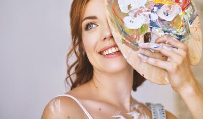 Анна девушка художник мольберт улыбка красотка
