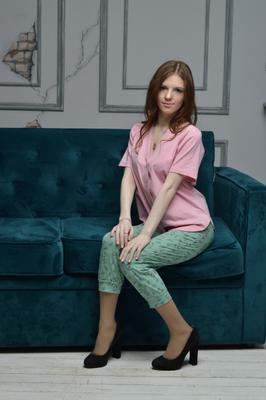 ***Модель сидит в пижаме из натуральных тканей стиль мода девушка модель одежда фотостудия фотосессия пижама магазин натуральное рубашка интерьер красота каблуки портфолио